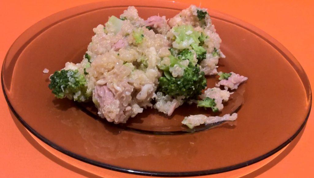 Salata de quinoa cu broccoli și ton